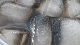Kola met ijs stock videobeelden