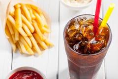 Kola met ijs en frieten Stock Afbeelding