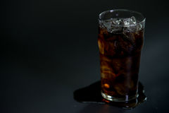 Kola met ijs in glas Stock Afbeelding