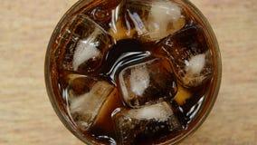 Kola op ijs met bel in glas stock videobeelden