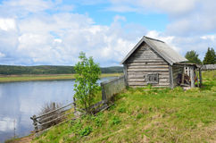 Kola Peninsula, oud Pomeranian-dorp van Varzuga Houten loods op de banken van de rivier Varzuga Stock Foto's