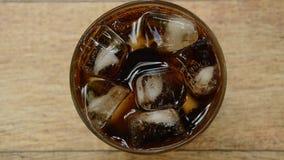 Kolabaum auf Eis mit Blase im Glas stock footage