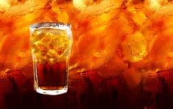 Kolabaum mit Eiswürfeln auf entzogenem colas Hintergrund Lizenzfreie Stockfotografie