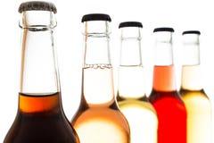 Kolabaum und Limonade in den Flaschen mit Kappe Lizenzfreies Stockfoto