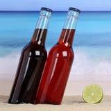 Kolabaum- und Limonadenalkoholfreie getränke auf dem Strand im Sand stockfotografie