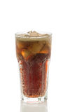 Kolabaumglas mit Eiswürfeln auf einem weißen Hintergrund stockfotografie
