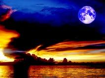 kolaci księżyc zmierzchu denny statek na horyzont linii ptasiej komarnicie na nocy cl Zdjęcie Royalty Free