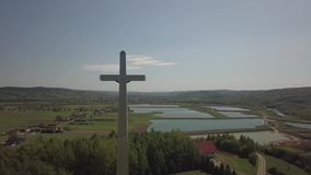Kolaczyce, Polônia - podem 10, 2018: Uma estátua enorme de Cristo crucificado em um monte no meio dos pagamentos sinal religioso video estoque
