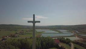 Kolaczyce, Polska - mogą 10, 2018: Ogromna statua ukrzyżowany Chrystus na wzgórzu po środku ugod religijny znak zbiory wideo