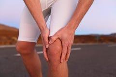 Kolano ból - biegać sporta uraz obraz royalty free