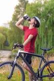 Kolarstwa pojęcie: Młody Kaukaski Męski cyklista Ma wodną przerwę Zdjęcia Stock