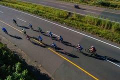 Kolarstwo rasy Dwanaście jeźdzowie Przerzucają most autostradę Zdjęcia Royalty Free