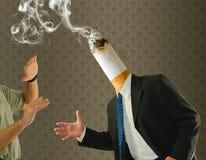 Kolbenhauptzigarettenrauchen-Einstellungskampagne Lizenzfreie Stockfotos