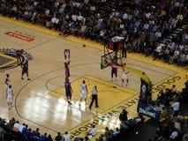 Kolbenspielerschuss-Freiwurftrieb mit Ball in der Luft Stockfotos