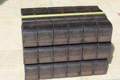 Kolbrikett, kvarter för kolbrikett, kvarter för kolbrikett, hög av kolbriketter, kvarter för styckkolbriketter, svart briquett Royaltyfri Foto