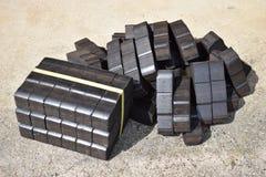 Kolbrikett, kvarter för kolbrikett, kvarter för kolbrikett, hög av kolbriketter, kvarter för styckkolbriketter, svart briquett Royaltyfria Foton