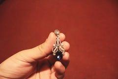 Kolczyk biżuteria na ręce Fotografia Royalty Free