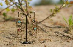 Kolczyki na stojaku na piasku Zdjęcia Royalty Free