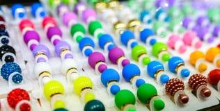 Kolczyki różni kolory dla każdy smaku i Zdjęcia Royalty Free