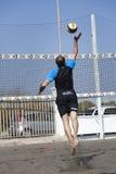 kolec Mężczyzna doskakiwania atak tła plaży odosobniony siatkówki biel Obraz Royalty Free