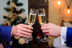 Koledzy świętują nowego roku Męskich ręk kostiumu chwyta szampana formalni szkła Rozwesela pojęcie korporacyjny nowy partyjny rok zdjęcia royalty free