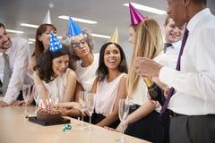 Koledzy świętuje urodziny w biuro otwartym szampanie fotografia stock