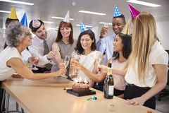 Koledzy świętuje urodziny w biurze robią grzance zdjęcie stock