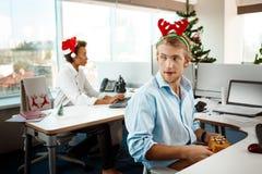 Koledzy pracuje w biurze na święto bożęgo narodzenia daje teraźniejszość Obraz Royalty Free
