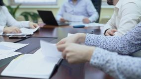 Koledzy przechodzi dokument szef, pracownik patrzeje fluktuacja wykres zbiory wideo