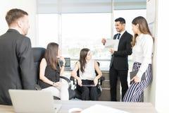 Koledzy Przegląda występ Podczas spotkania W biurze zdjęcie royalty free