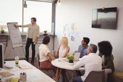 Koledzy słucha biznesmen daje prezentaci Obraz Stock