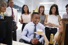 Koledzy zbierali przy manï ¿ ½ s biurkiem świętować urodziny zdjęcie stock