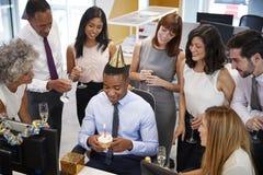 Koledzy zbierali przy manï ¿ ½ s biurkiem świętować urodziny zdjęcia stock
