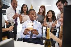 Koledzy zbierali przy manï ¿ ½ s biurkiem świętować urodziny fotografia royalty free
