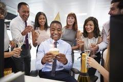 Koledzy zbierali przy manï ¿ ½ s biurkiem świętować urodziny obraz stock