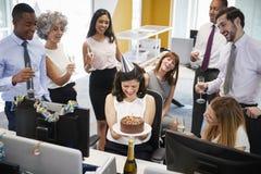Koledzy zbierali przy womanï ¿ ½ s biurkiem świętować urodziny zdjęcia stock