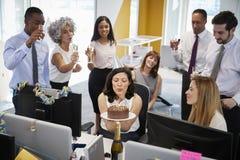 Koledzy zbierali przy womanï ¿ ½ s biurkiem świętować urodziny obraz royalty free