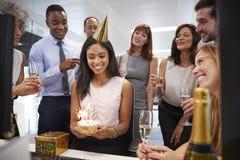 Koledzy zbierali przy womanï ¿ ½ s biurkiem świętować urodziny obrazy royalty free