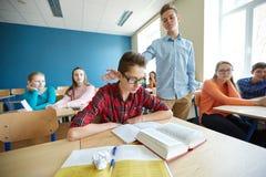 Kolega z klasy naruszania studencka chłopiec przy szkołą Zdjęcia Stock