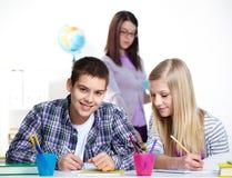 Kolega z klasy przy lekcją obraz stock