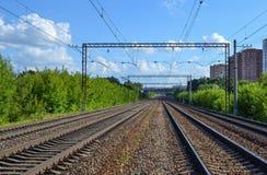 Kolej Cztery wyjścia w odległości elektryfikująca kolej Zdjęcie Royalty Free