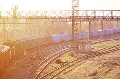 Kolej krajobraz z wiele starej linii kolejowej frachtowymi samochodami na poręczach Klasyczny słoneczny dzień na railroa Zdjęcia Stock