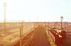 Kolej krajobraz z wiele starej linii kolejowej frachtowymi samochodami na poręczach Klasyczny słoneczny dzień na railroa Obrazy Stock