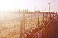 Kolej krajobraz z wiele starej linii kolejowej frachtowymi samochodami na poręczach Klasyczny słoneczny dzień na railroa Obraz Stock