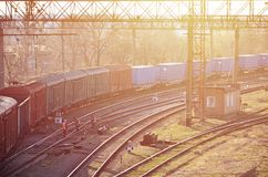 Kolej krajobraz z wiele starej linii kolejowej frachtowymi samochodami na poręczach Klasyczny słoneczny dzień na railroa Obrazy Royalty Free