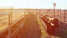 Kolej krajobraz z wiele starej linii kolejowej frachtowymi samochodami na poręczach Klasyczny słoneczny dzień na railroa Zdjęcie Royalty Free