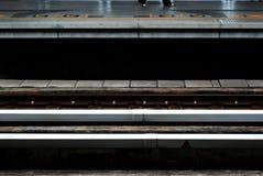Kolej przy miasto pociągiem zdjęcie stock