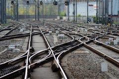 Koleje przy Amsterdam Centraal stacją Zdjęcia Stock