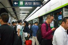 Kolejka ludzie czeka wchodzić do samochód pociąg stacja metru kapitał Porcelanowy Pekin obraz stock