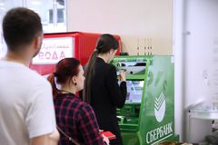 Kolejka ludzie w ATM ` Sberbank ` zdjęcia stock